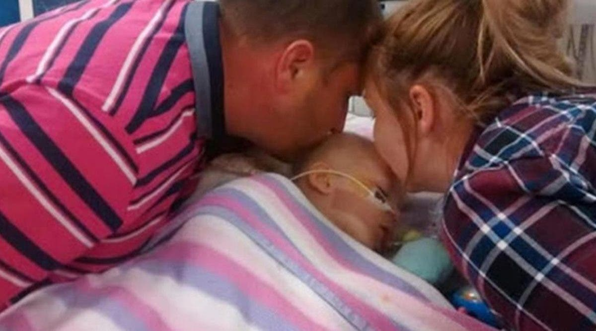 ces-parents-ont-embrasse-leur-fille-pour-la-derniere-fois-pour-lui-dire-adieu-sans-savoir-quun-petit-miracle-allait-se-produire