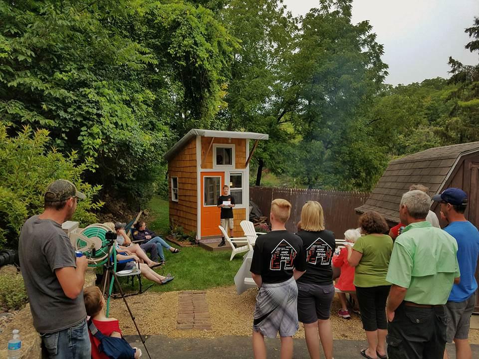 cet adolescent construit sa propre mini-maison dans son jardin