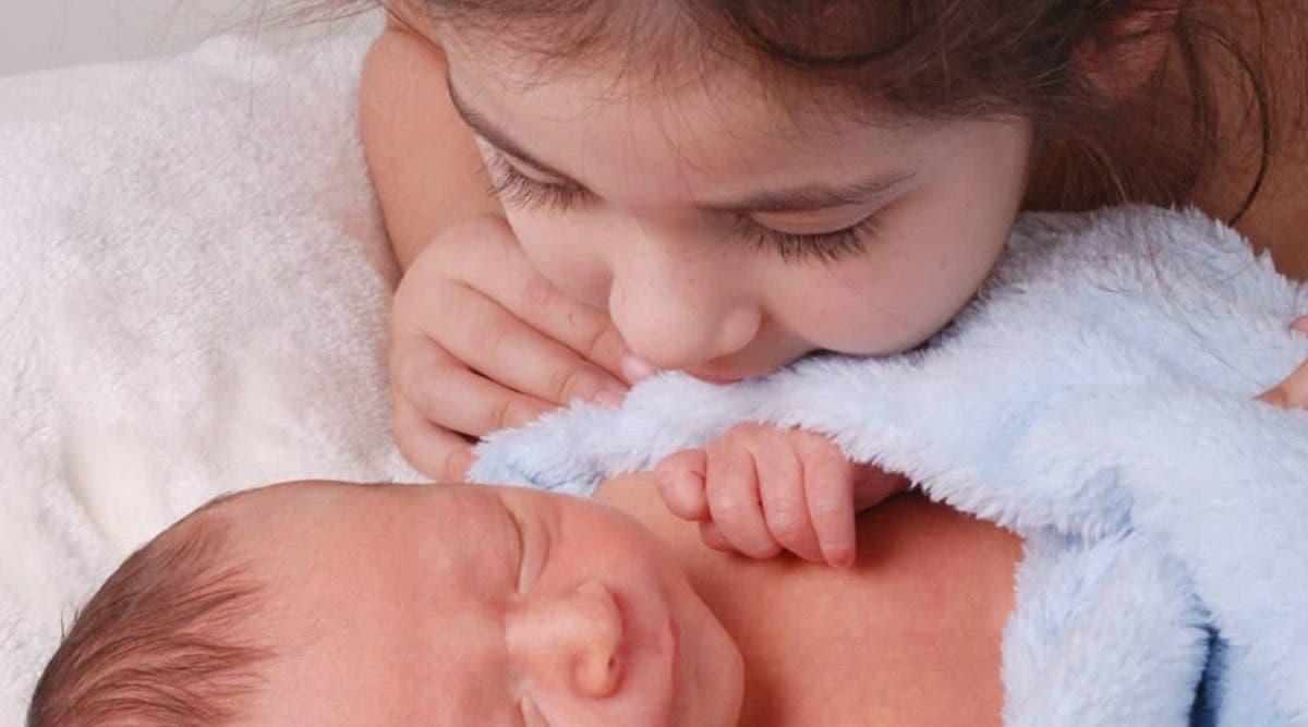 cette-fillette-maintient-son-petit-frere-de-deux-mois-en-vie-3-jours-apres-la-mort-de-ses-parents