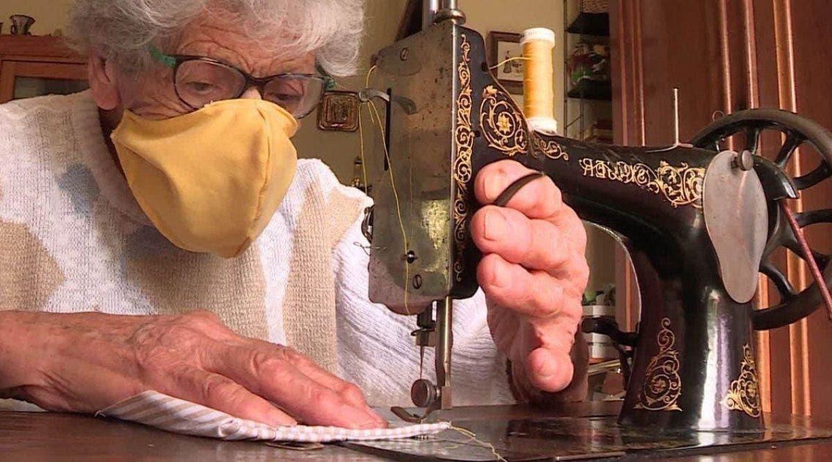 cette-mamie-de-94-ans-utilise-sa-machine-a-coudre-des-annees-30-pour-fabriquer-des-masques