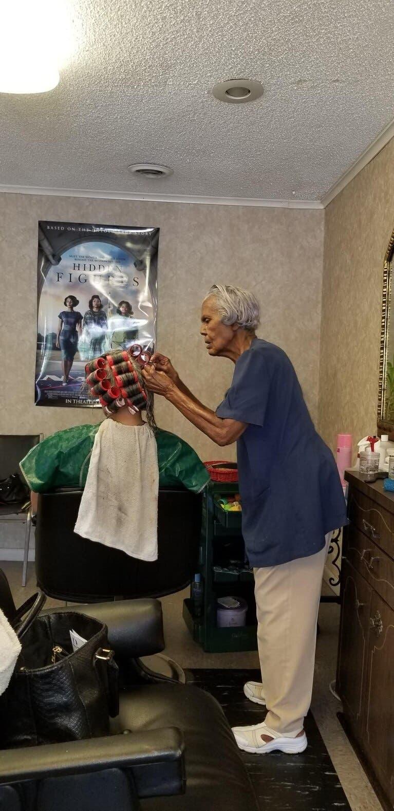 cette mamie travaille dans un salon de coiffure et révèle son secret de longévité