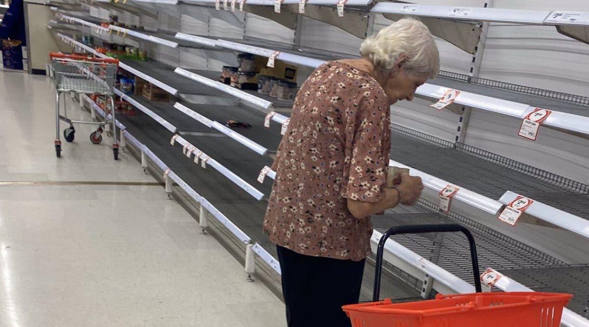 cette-vieille-femme-est-prise-en-photo-en-larmes-devant-les-etageres-vides-dun-supermarche-en-raison-du-coronavirus