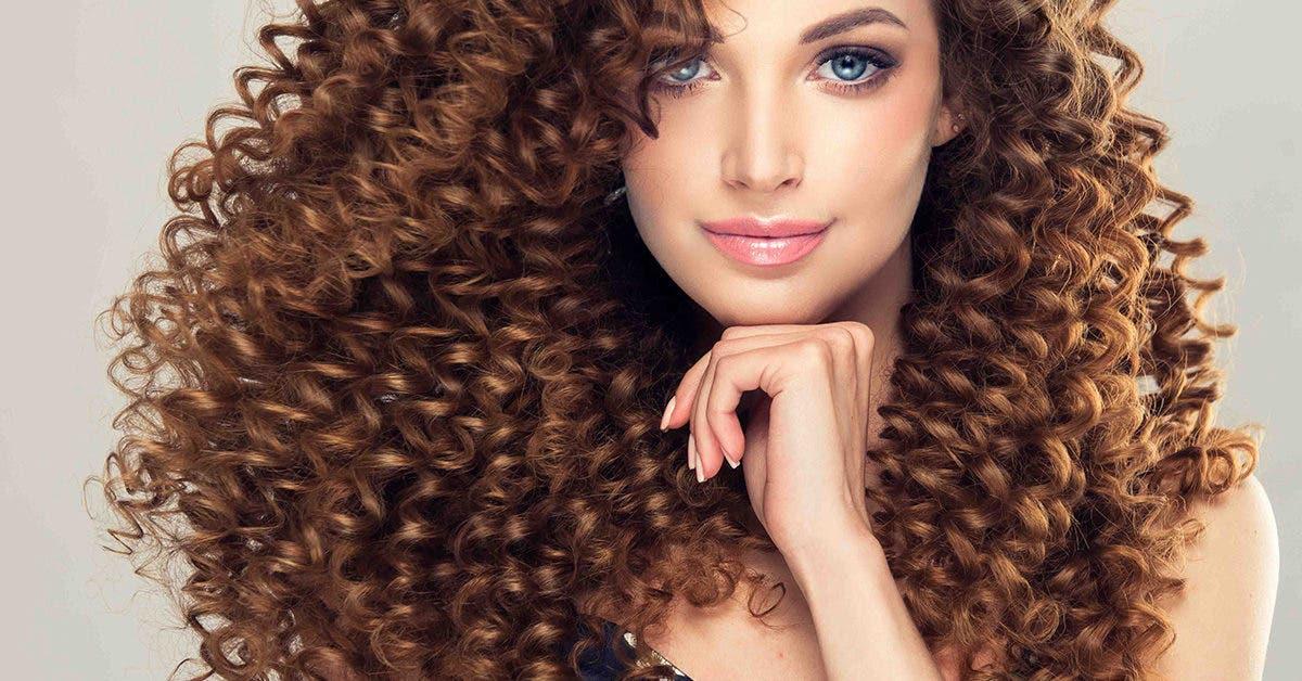 4 astuces simples pour pour avoir de beaux cheveux bouclés et volumineux