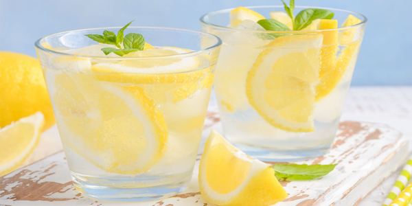 Ne mettez plus jamais de rondelles de citrons dans votre verre