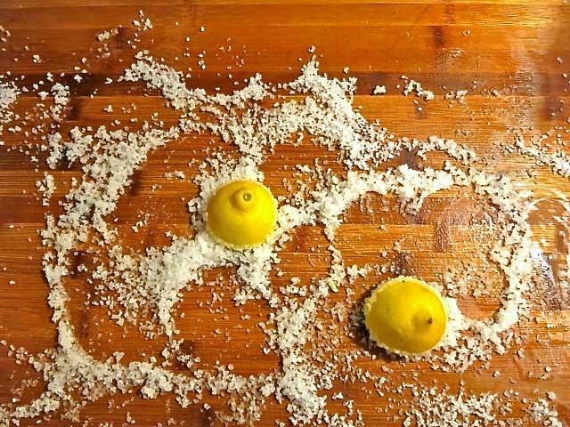 utiliser le citron et le sel pour nettoyer votre cuisine