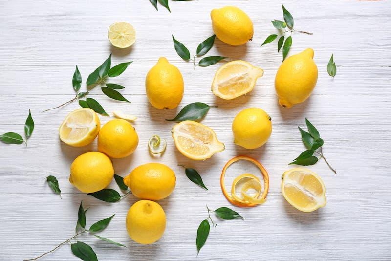 Du citron et du sel et tout ce qu'il vous faut pour éliminer les mauvaises odeurs de la cuisine et de la maison