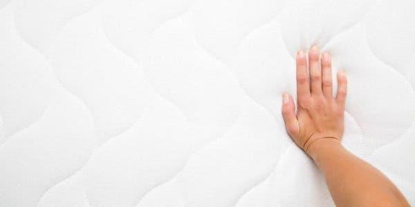 comment-nettoyer-efficacement-un-matelas-et-eliminer-les-taches