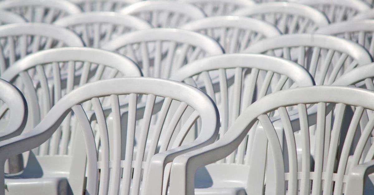 comment-nettoyer-une-chaise-en-plastique-blanc--meme-la-plus-sale-