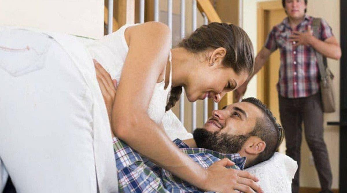 de-retour-a-la-maison-pour-se-confiner-un-homme-surprend-sa-femme-avec-son-amant