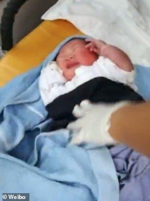 il jette son bébé d'une falaise