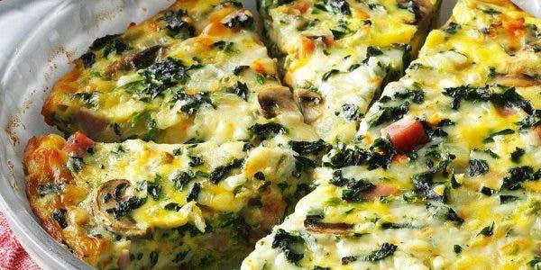 La quiche est le plat classique que l'on peut déguster au déjeuner ou au diner. Cette recette de quiche aux épinards est particulière et ne contient pas de croûte et donc pas de gluten.