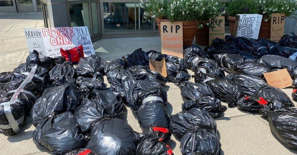 des-enseignants-alignent-de-faux-cadavres-a-lexterieur-des-ecoles-pour-protester-contre-la-reprise