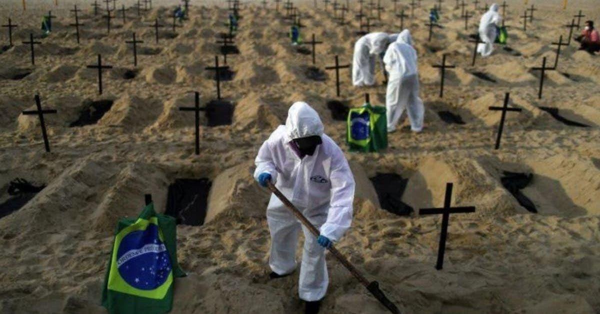 des-tombes-sont-creusees-sur-la-plage-de-copacabana-a-rio-de-janeiro-pour-honorer-les-morts-du-coronavirus