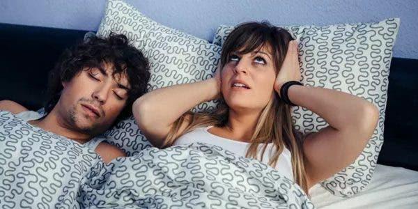 dormir-a-cote-dune-personne-qui-ronfle-peut-provoquer-des-problemes-de-sante
