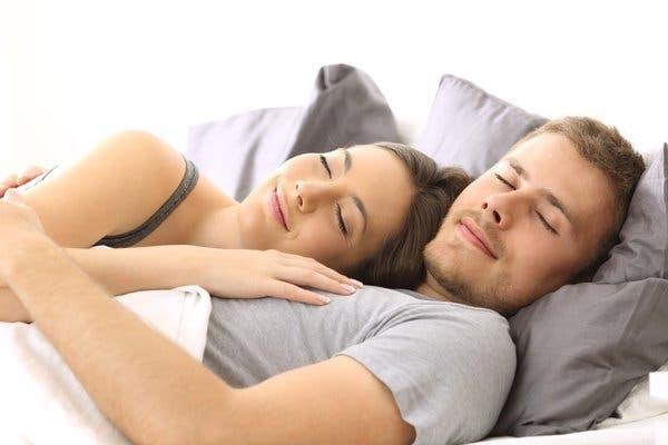 dormir dans les bras lun de lautre