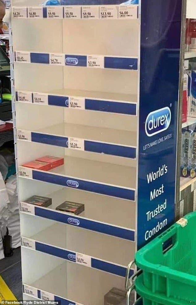 Les gens achètent des préservatifs pour les mettre sur leurs doigts et éviter le coronavirus
