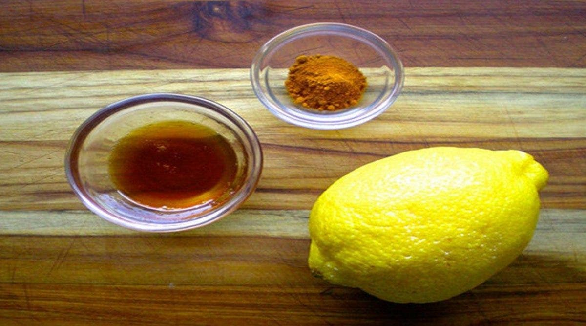 Voici pourquoi vous devriez boire de l'eau chaude avec du citron et du curcuma