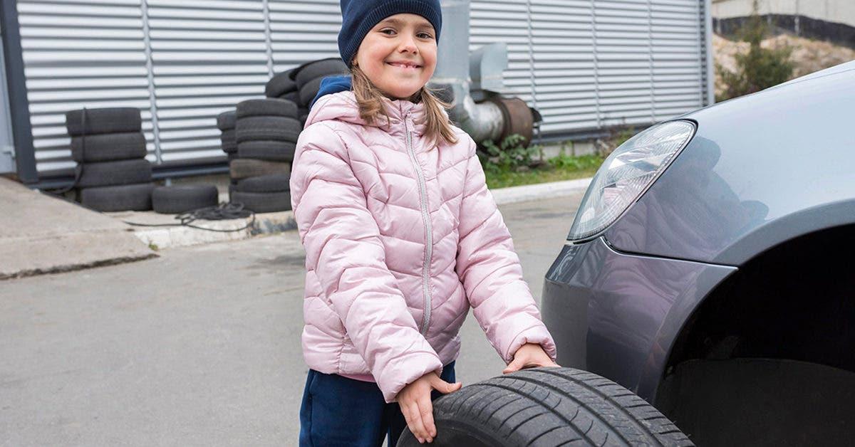 Une école apprend aux filles à changer les pneus et à vérifier l'huile de la voiture