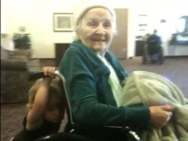 La maison de retraite est censée être un lieu de repos, mais pas pour cette pauvre grand-mère. Une caméra dévoila le mensonge et la cruauté des infirmiers.