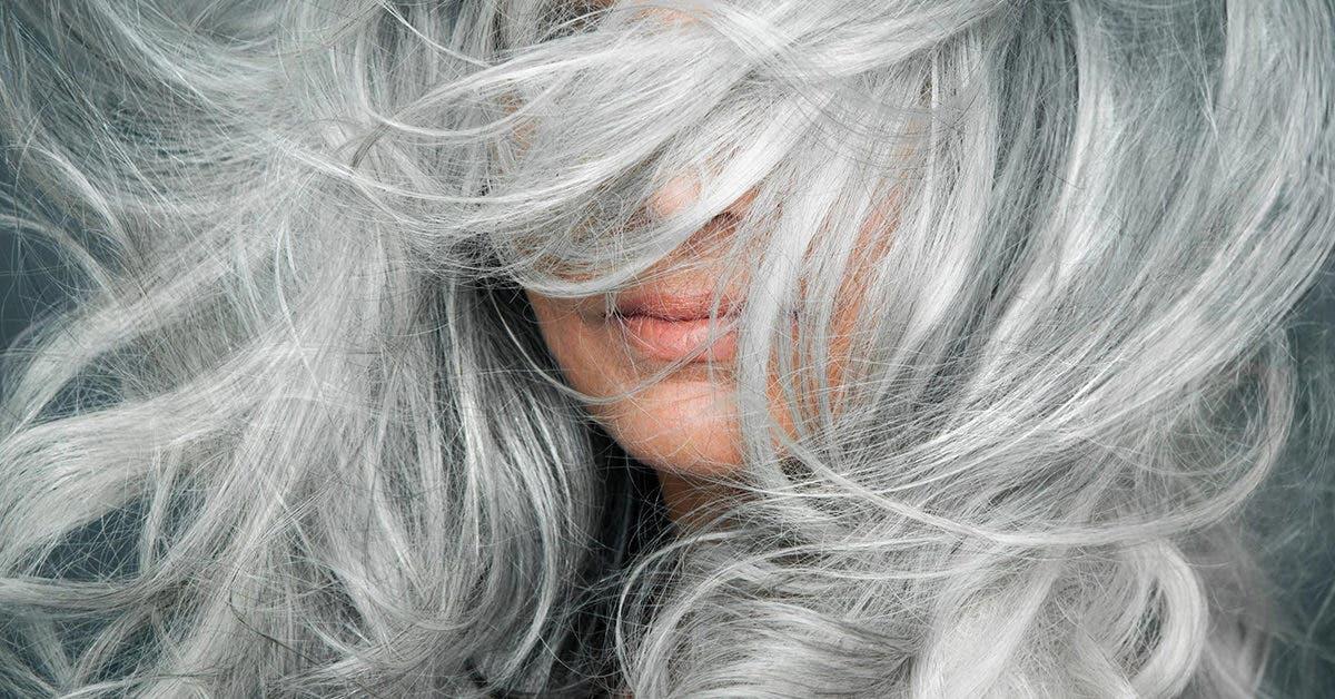 5 façons d'éliminer les cheveux blancs sans retouches régulières des racines
