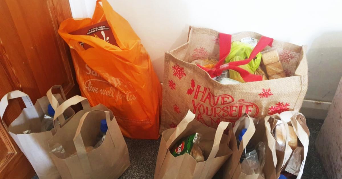 en-difficulte-financiere-une-maman-fond-en-larme-quand-un-etranger-lui-offre-des-courses-a-la-maison