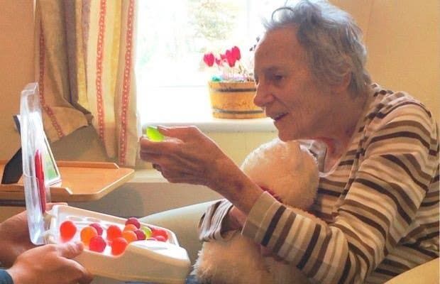 ette femme âgée qui souffre de démence oubliait toujours de boire de l'eau