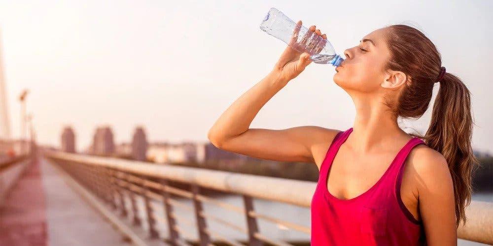 femme-bouteille-eau-soif