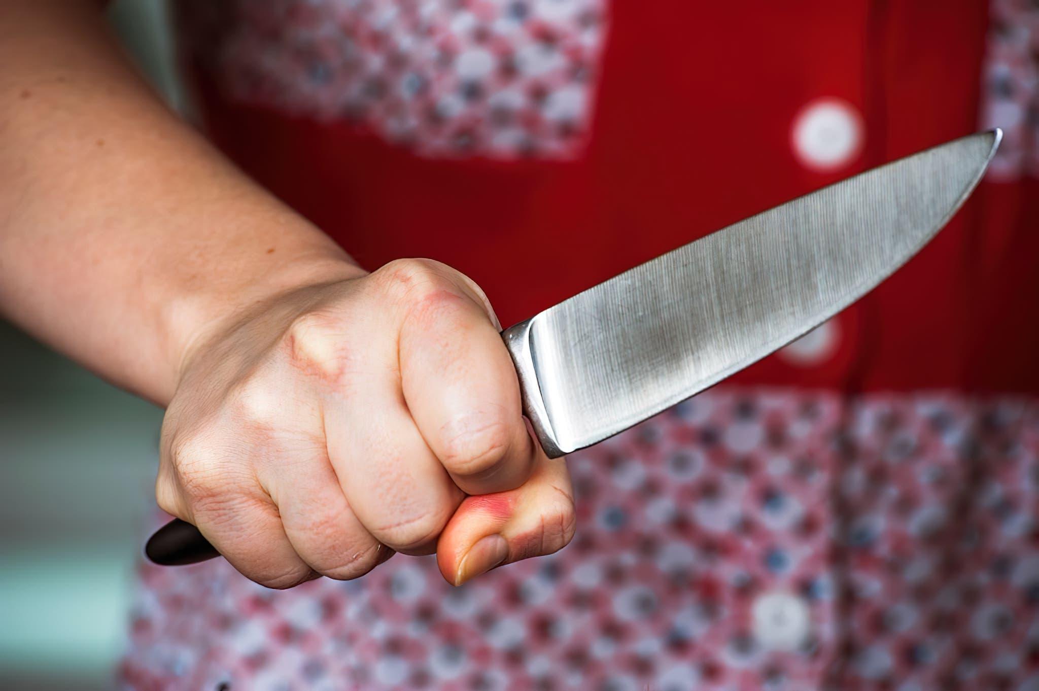 femme couteau