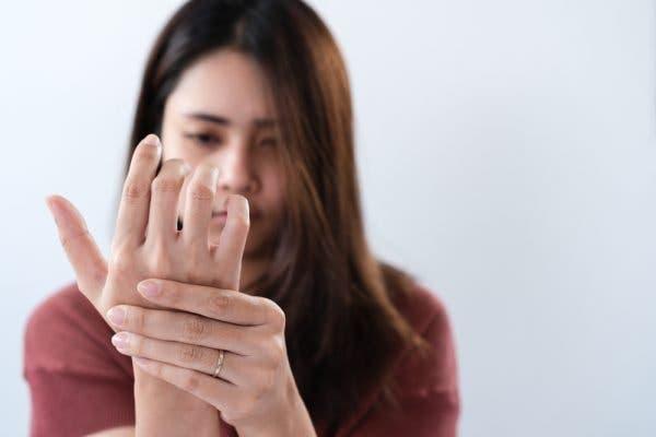 une femme se prenne la main