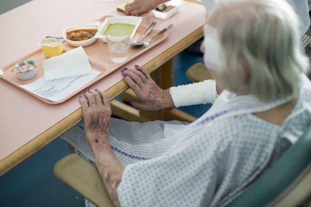 femme repas maison de retraite