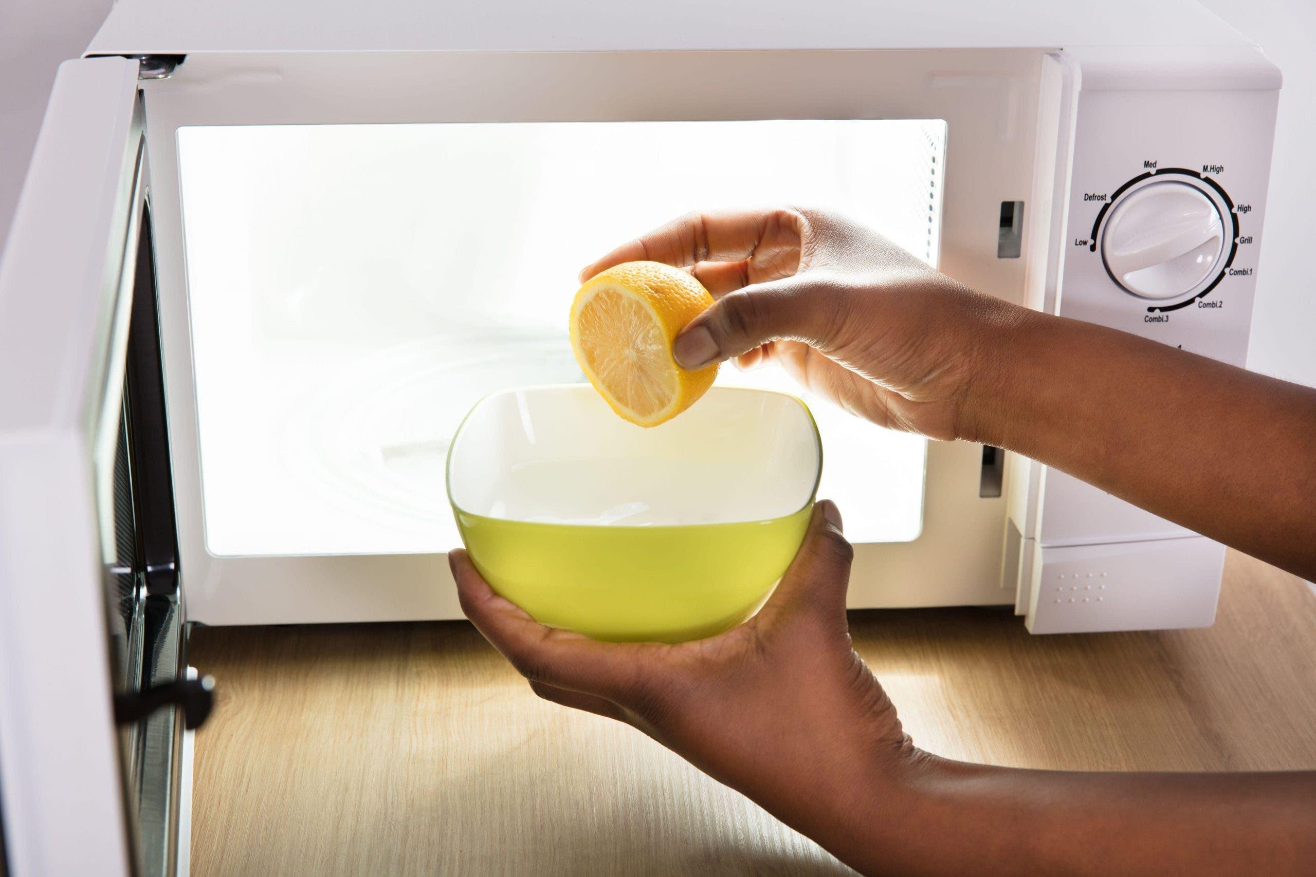 Vous n'avez besoin que d'un seul citron pour nettoyer parfaitement votre four micro-ondes