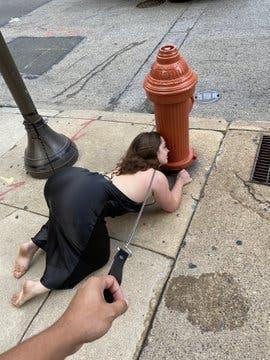 La femme se comporte comme un chien