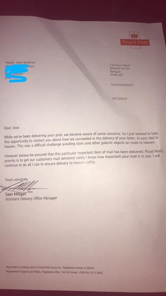 Un petit garçon envoie une lettre à son papa au paradis