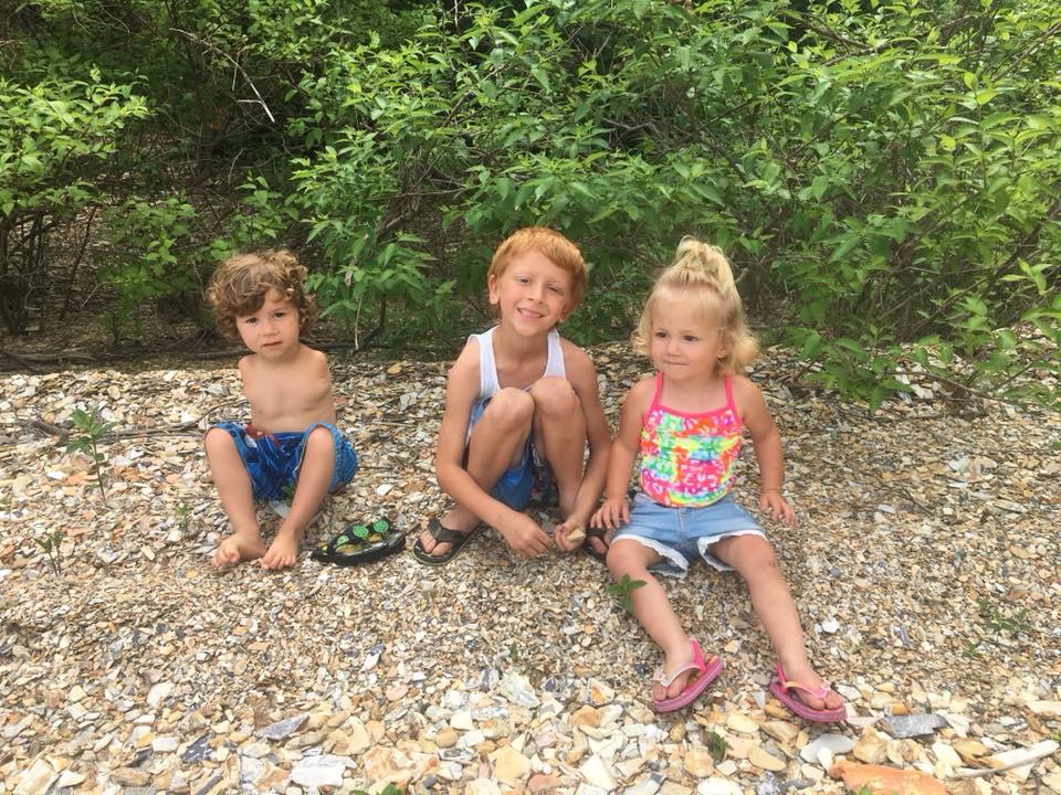 Un garçon de 3 ans sans bras expulsé