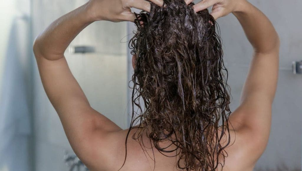 gommage cheveux 1024x579 1