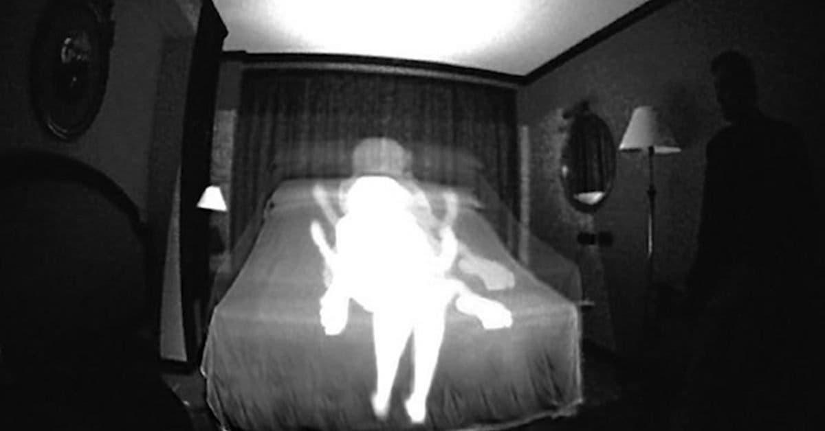 il-pose-une-camera-pour-attraper-des-fantomes-et-trouve-son-epouse-qui-couche-avec-son-fils