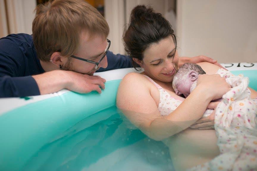 pères qui soutiennent leur partenaire pendant l'accouchement