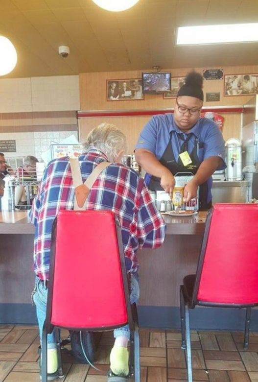 jeune serveuse aide un client et reçoit 15 000 euros