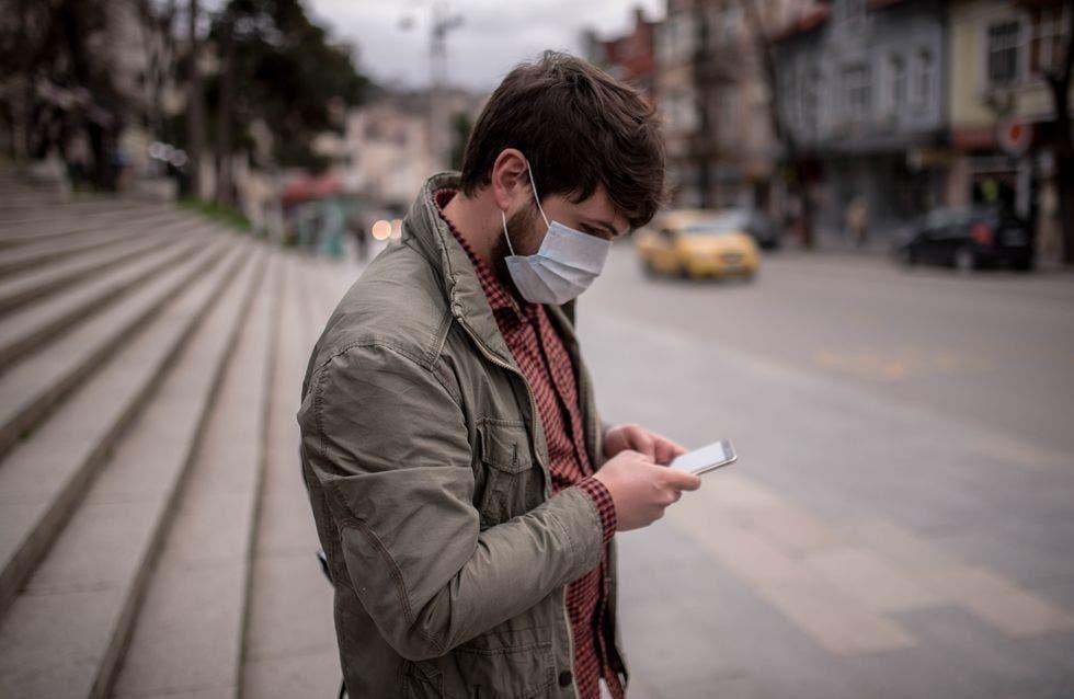 jeune smartphone rue