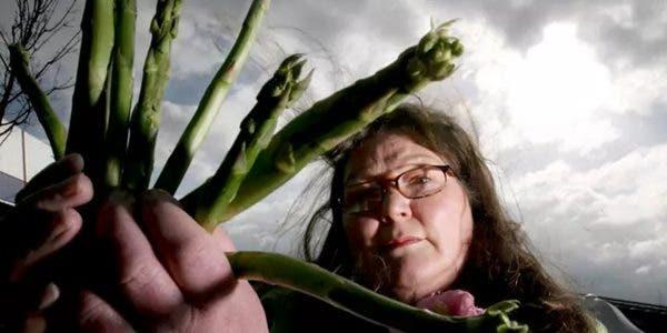 la-femme-qui-dit-voir-lavenir-dans-les-asperges-a-des-predictions-pour-2021