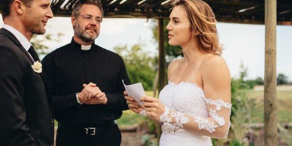 la-mariee-lit-les-messages-que-son-fiance-a-envoye-a-sa-maitresse-au-lieu-de-ses-voeux-de-mariage