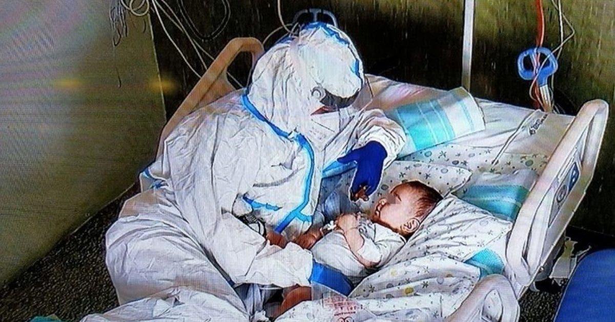 la-photo-dune-infirmiere-prenant-soin-dun-bebe-en-italie-emeut-les-internautes