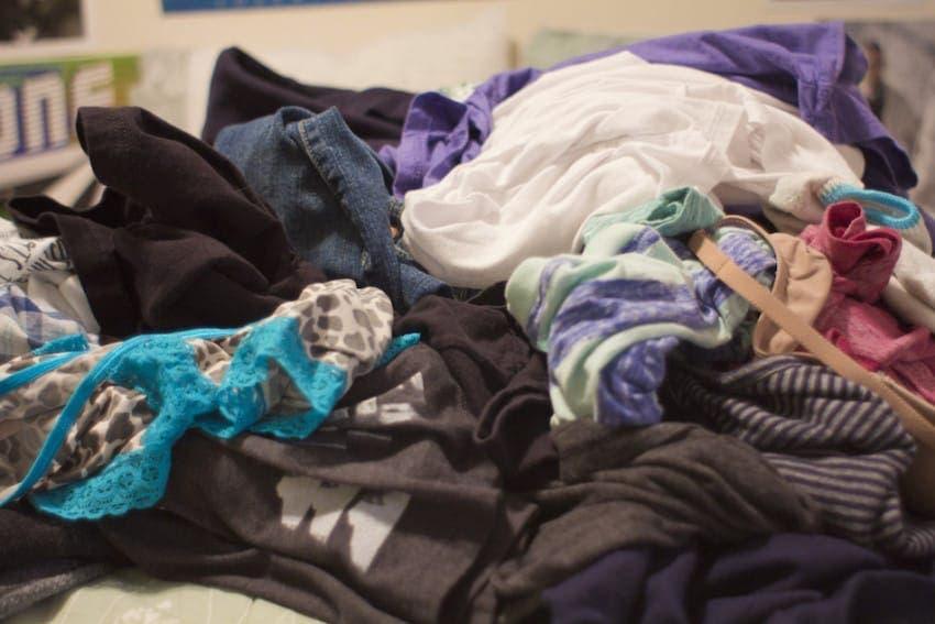 laisser tomber les habits par terre