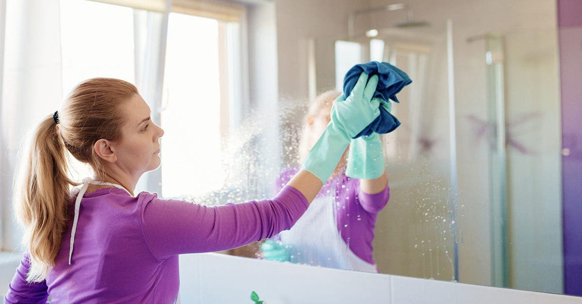3 astuces de nettoyage surprenantes pour laisser vos miroirs sans traces