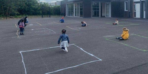 les-enfants-qui-jouent-dans-des-carres-dessines-a-la-craie-montrent-la-realite-dechirante-de-la-reouverture-des-ecoles