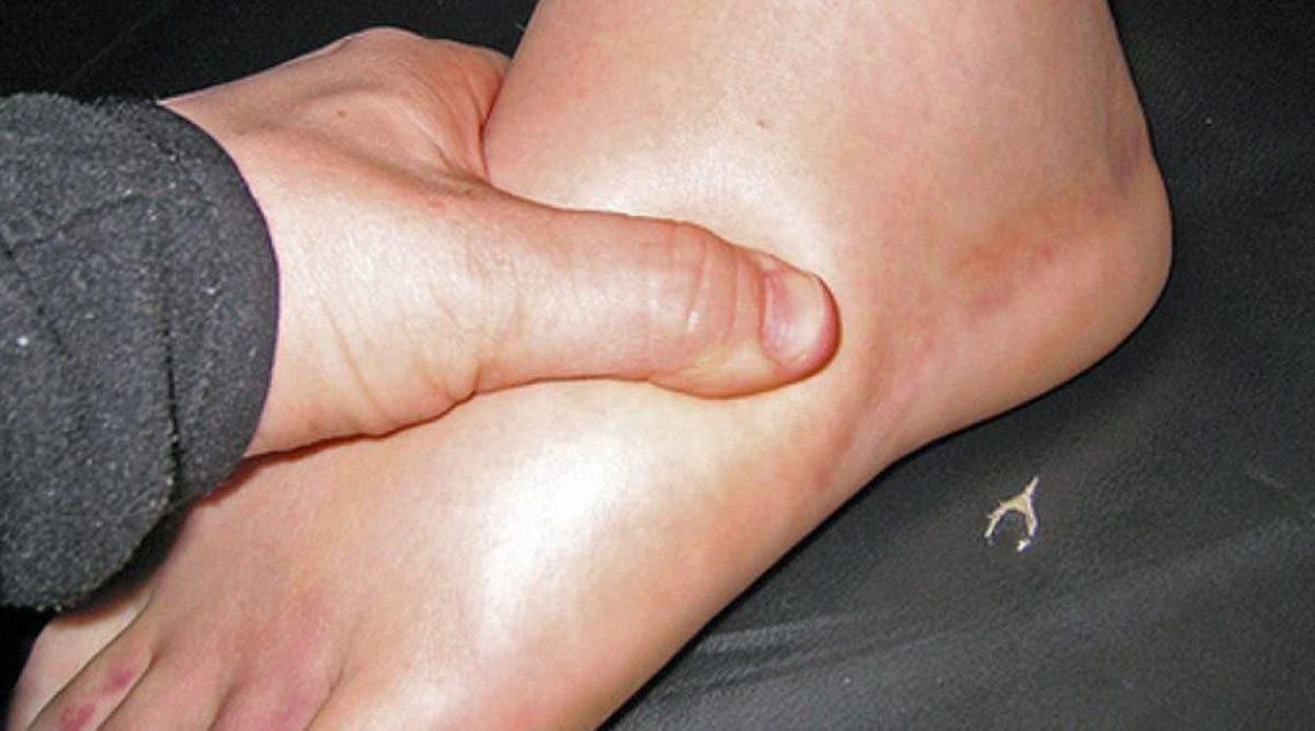 les-medecins-expliquent-les-5-causes-des-jambes-gonflees-et-comment-se-soigner-naturellement
