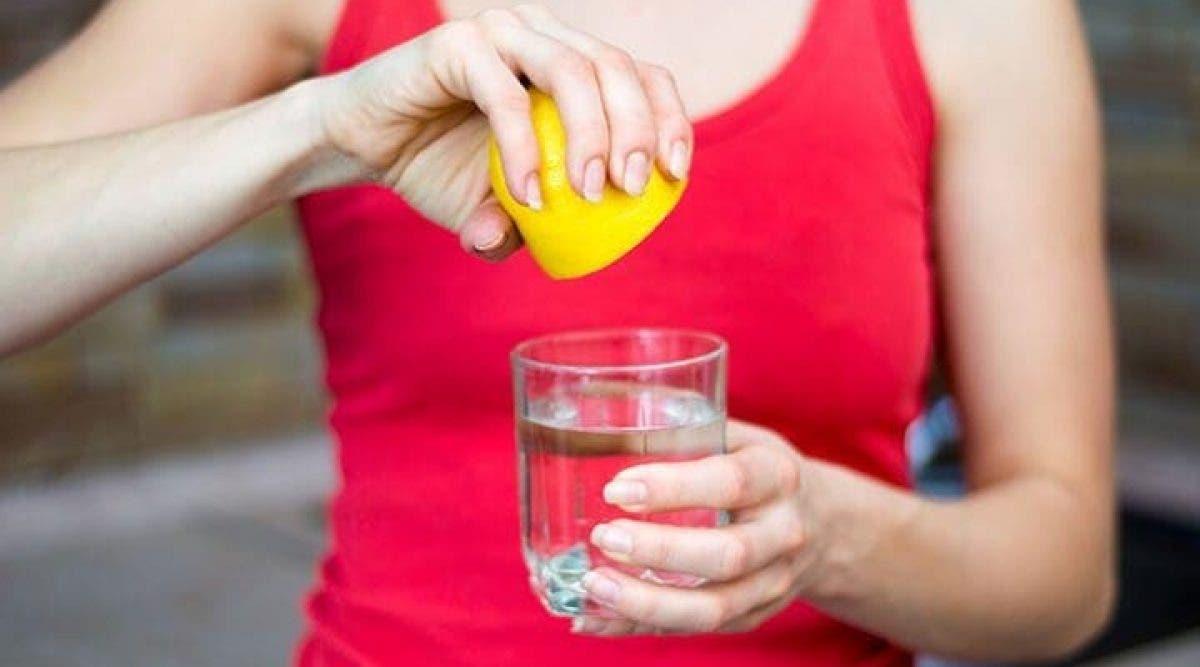 Les scientifiques avertissent les gens qui consomment de l'eau au citron