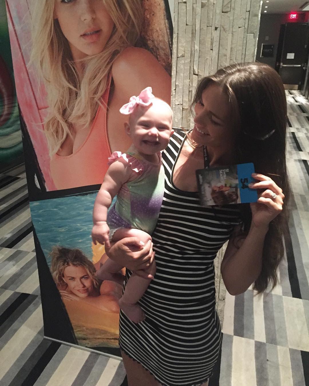mannequin allaite son bébé