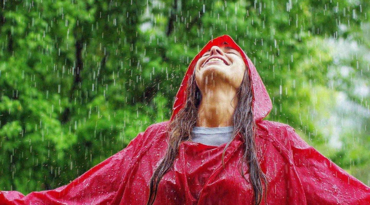 Marcher sous la pluie est un médicament naturel : 5 bienfaits pour la santé