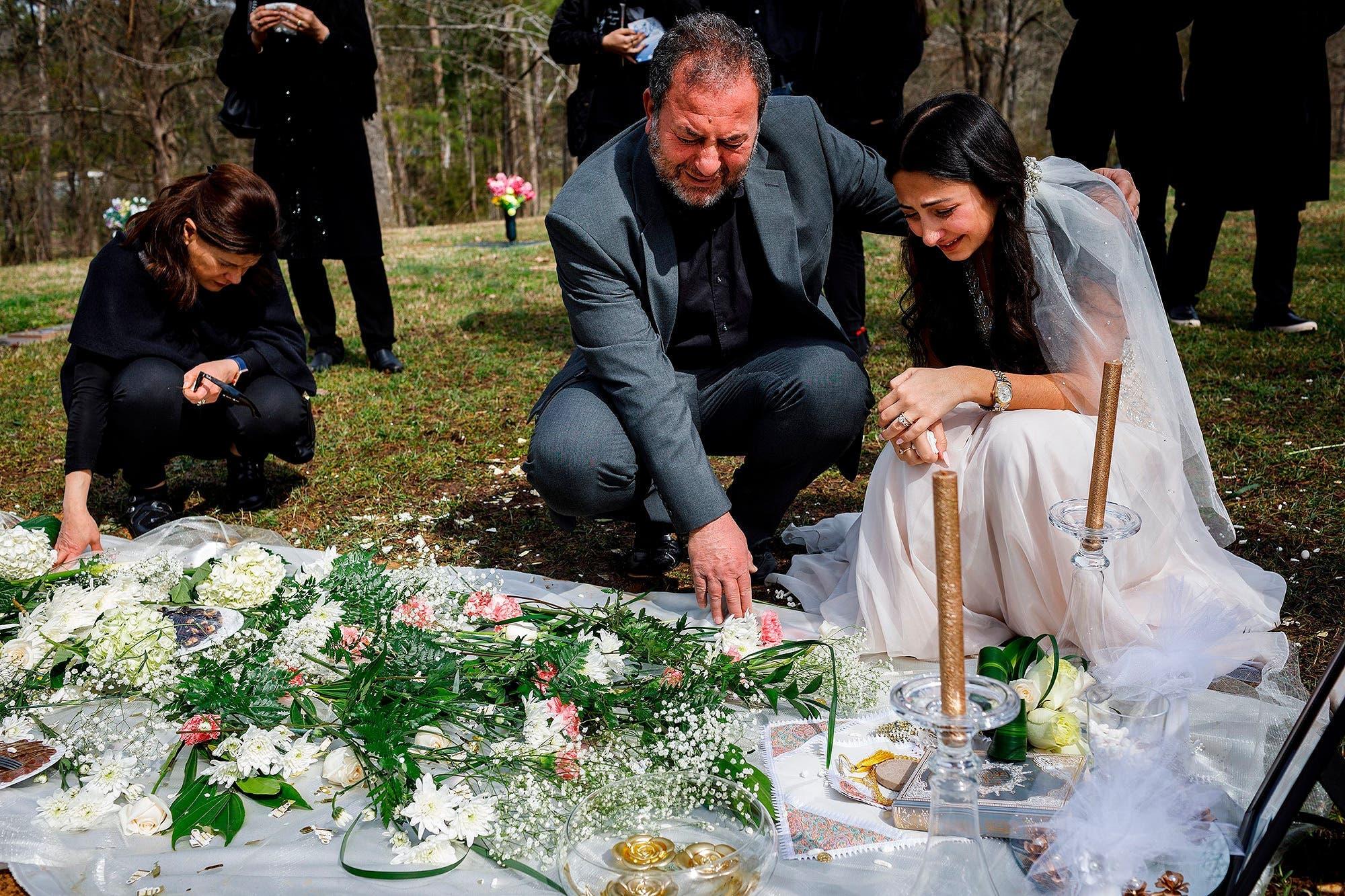 Elle porte sa robe de mariage sur la tombe de son fiancé le jour de leur mariage